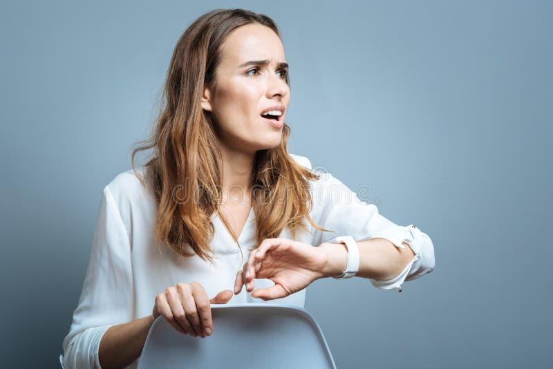 Trieste zenuwachtige vrouw die laat zijn stock foto