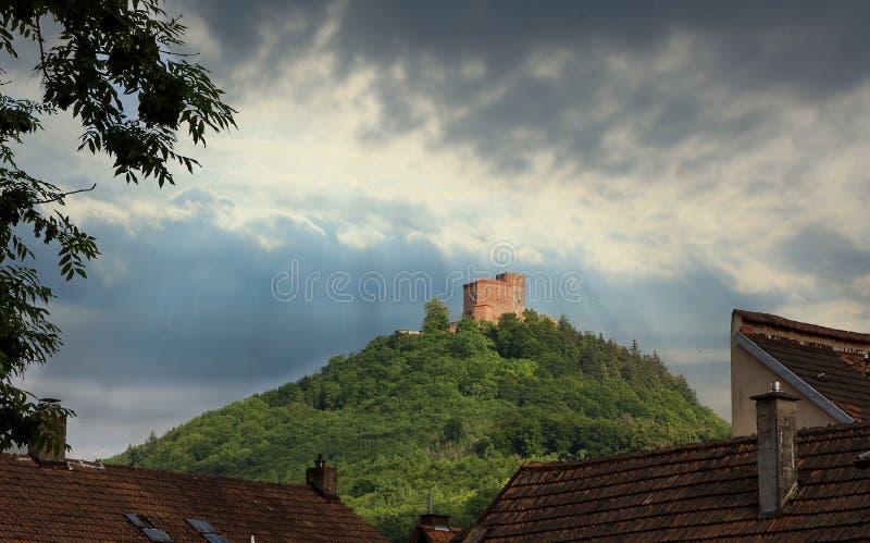 Trifels slott på kullen, dramatisk himmel med sunburst arkivbild