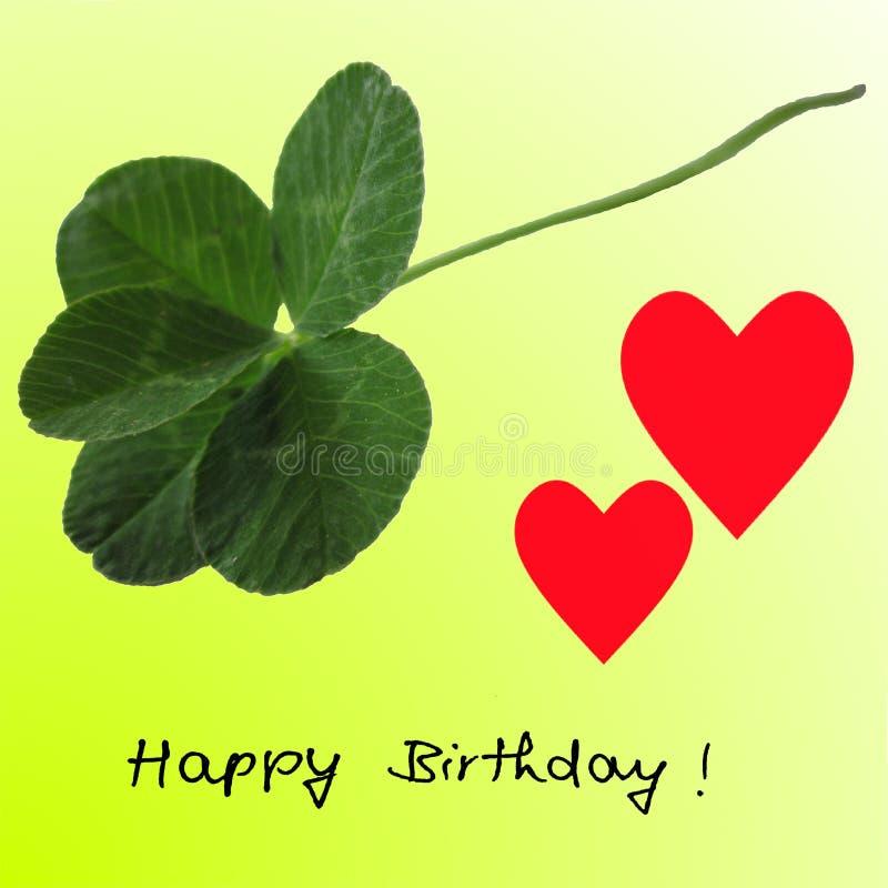 trifoglio della Cinque-foglia con due cuori rossi ed il buon compleanno su verde di calce fotografia stock