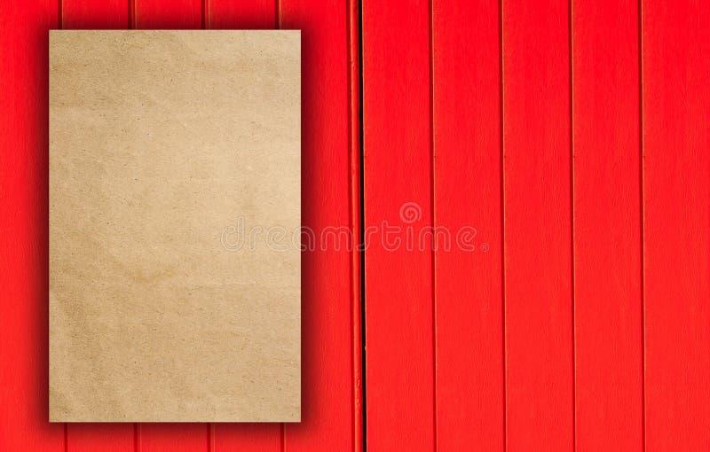 Trifold czerwony szablonu papier na drewnianej teksturze zdjęcie royalty free
