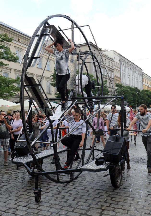 trigésima calle - festival internacional de los teatros de la calle en Cracovia, Polonia fotos de archivo