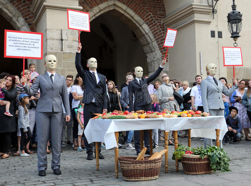 trigésima calle - festival internacional de los teatros de la calle en Cracovia, Polonia imagen de archivo libre de regalías