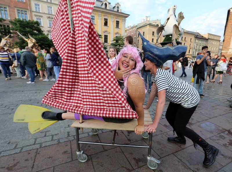 trigésima calle - festival internacional de los teatros de la calle en Cracovia, Polonia fotografía de archivo
