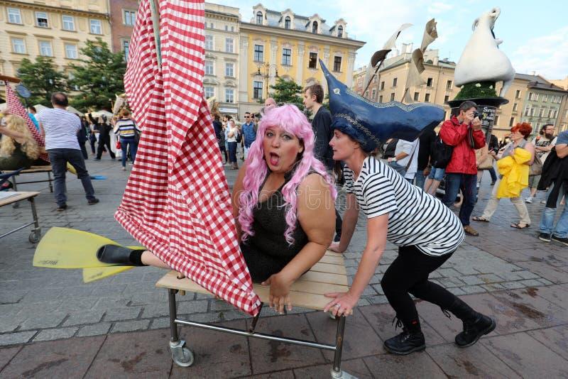 trigésima calle - festival internacional de los teatros de la calle en Cracovia, Polonia imagenes de archivo