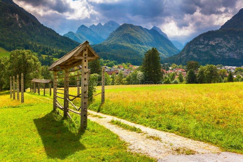 Triglav-Gebirgszug, Ansicht vom Dorf Gozd Martuljek, Ju stockbilder