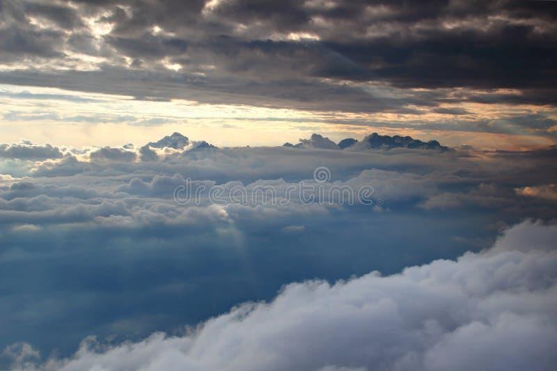 Triglav y picos nevosos hechos punta de Julian Alps sobre la capa de nubes imágenes de archivo libres de regalías