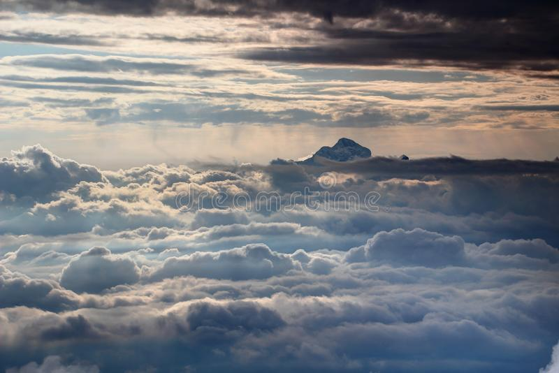 Triglavpiek boven zonovergoten overzees van wolken, Julian Alps, Slovenië royalty-vrije stock fotografie