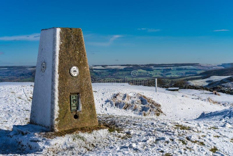 Triglyzerid-Punkt am Gipfel von Cleeve-Hügel auf der Cotswold-Weise, Gloucester Großbritannien im Winter lizenzfreie stockfotografie