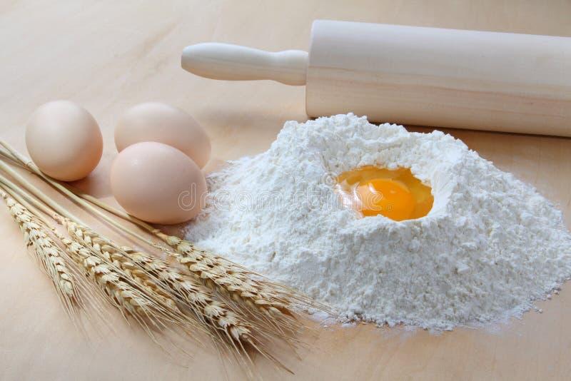 Trigo, harina y huevos imagen de archivo