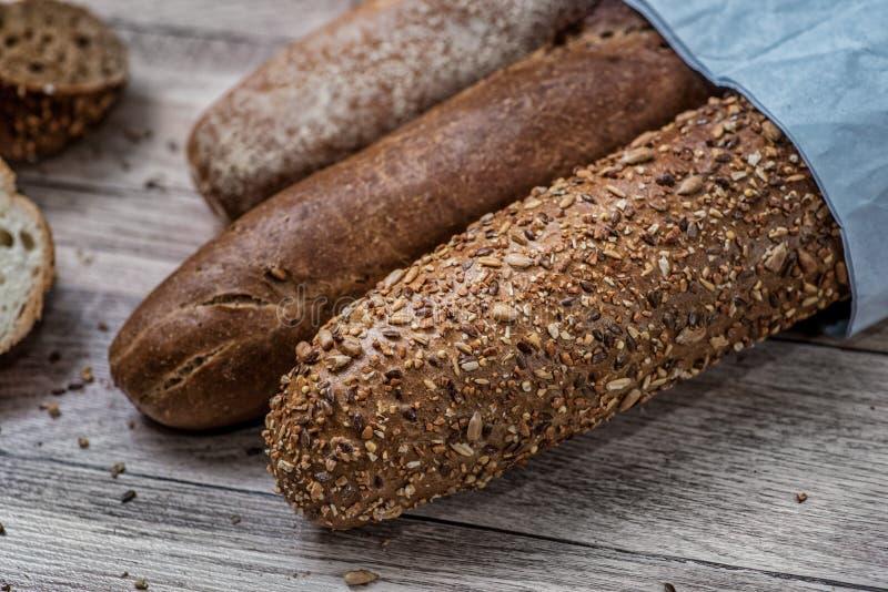 Trigo integral bread Pan oscuro de los Baguettes Brea entero cortado del grano fotos de archivo libres de regalías