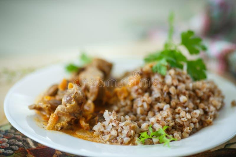 Trigo mourisco cozinhado com as moela cozidos da galinha foto de stock royalty free
