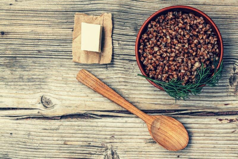 Trigo mourisco, manteiga, papa de aveia, tabela, de madeira, bacia, alimento, saudável, fervido, café da manhã, dieta, cereal, vi imagem de stock royalty free