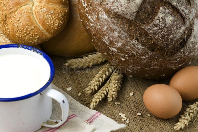 Trigo, pan, leche y huevos foto de archivo libre de regalías