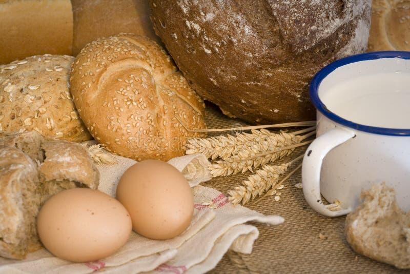 Trigo, pan, leche y huevos imagen de archivo libre de regalías