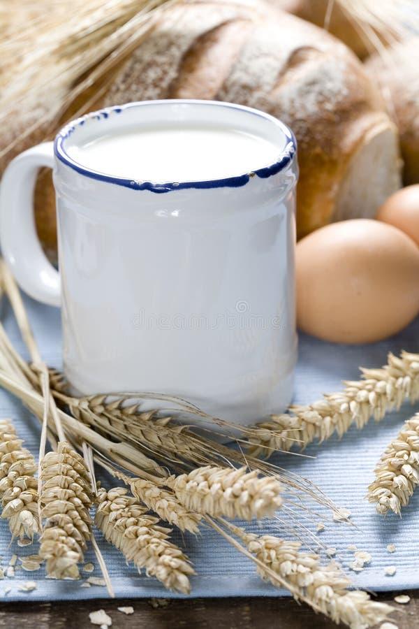 Trigo, pan, leche y huevos foto de archivo