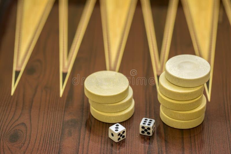 Trik-trak gra z dwa kostka do gry z przestrzeni? dla teksta lub wizerunku, zdjęcie stock