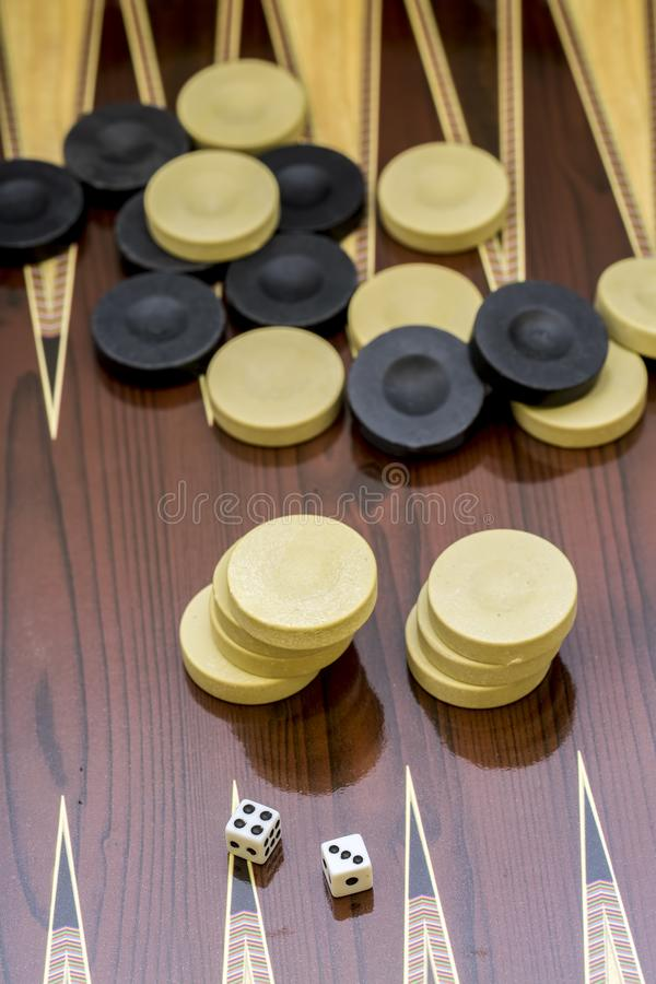 Trik-trak gra z dwa kostka do gry z przestrzeni? dla teksta lub wizerunku, obraz royalty free