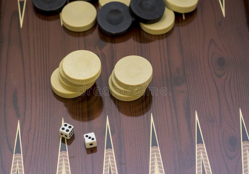 Trik-trak gra z dwa kostka do gry z przestrzeni? dla teksta lub wizerunku, zdjęcia royalty free