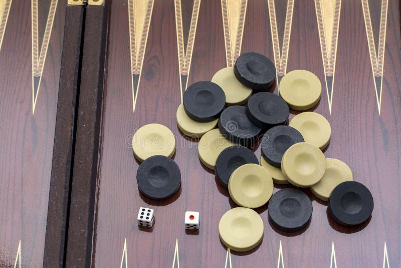Trik-trak gra z dwa kostka do gry z przestrzeni? dla teksta lub wizerunku, zdjęcie royalty free