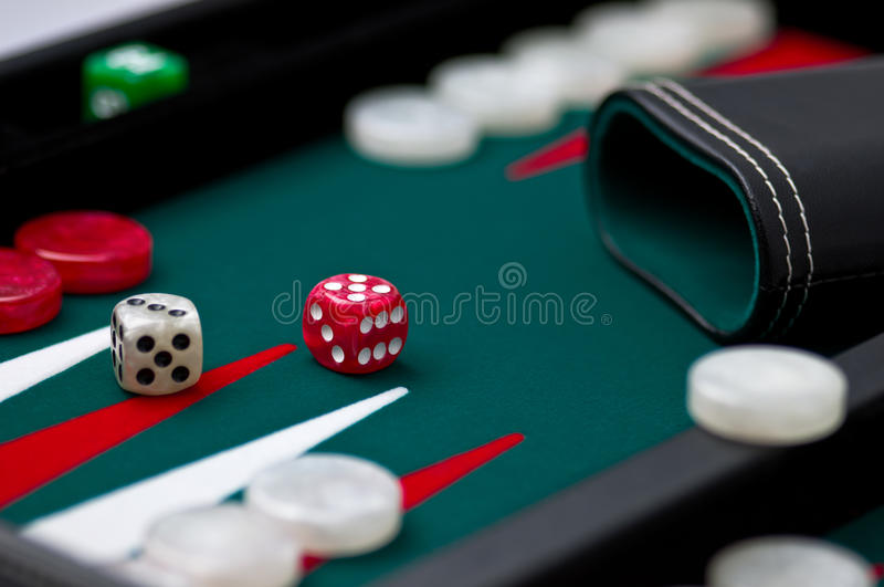 trik-traka skrzynka kostka do gry potrząsacz fotografia stock
