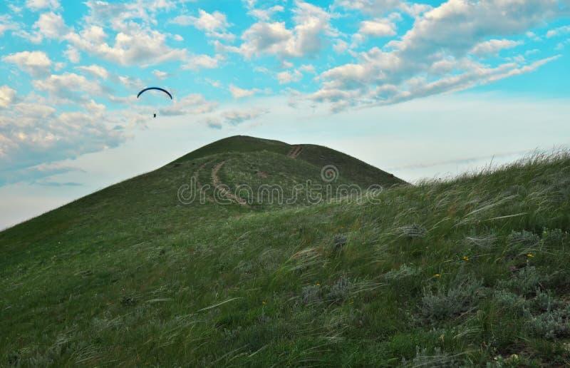 Trike com um paraquedas contra o céu azul Parapente imagem de stock