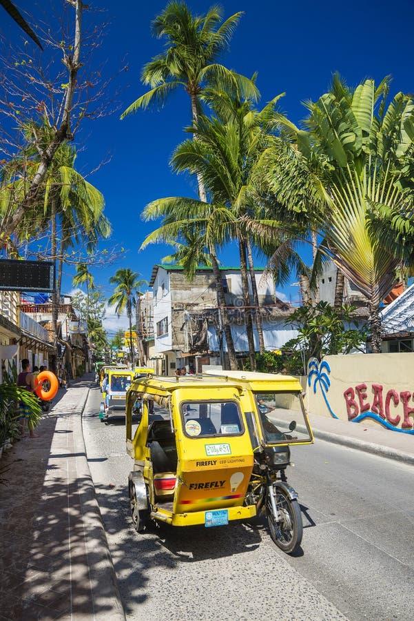 Trike moto在博拉凯海岛主路乘出租车在菲律宾 免版税库存照片