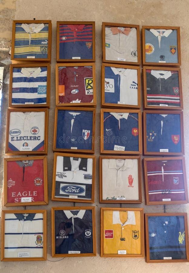 Trikots von den berühmten Rugbyspielern sind herein ex voto in der Kapelle von Notre Dame de l 'Ovalie angeboten worden, eingewei stockfotos