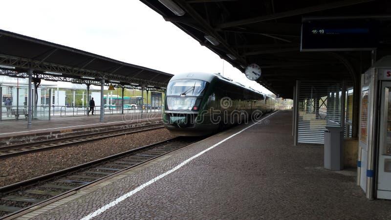 Trilex Länderbahn Richtung Zittau von Bischofswerda stockbilder