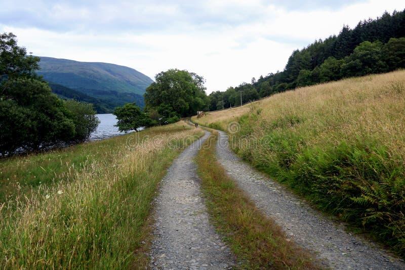 Trilha ao lado de um Loch escocês das montanhas imagens de stock