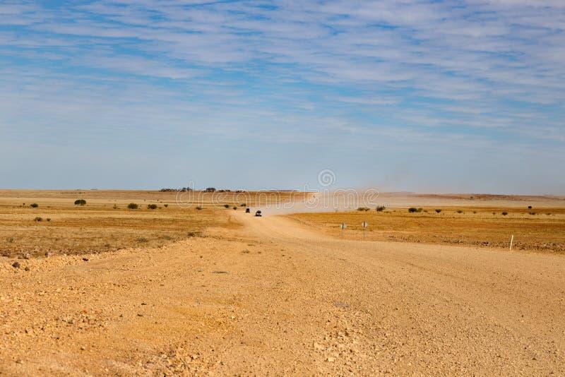 Trilha australiana de Birdsville do interior em uma paisagem totalmente vazia imagens de stock