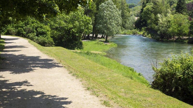 A trilha de ciclo pedestre que corre ao longo do rio de Serio Albino, Bergamo, It?lia foto de stock