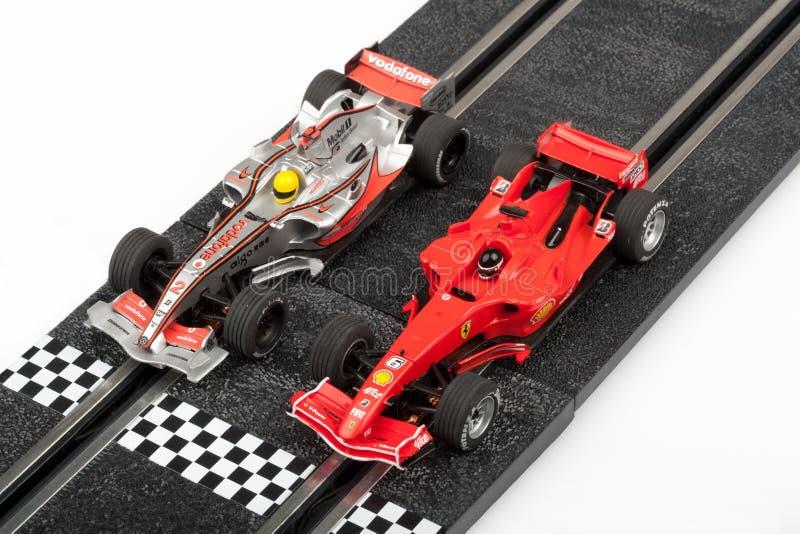 Trilha de corridas de carros do entalhe com carros do Fórmula 1 fotos de stock royalty free