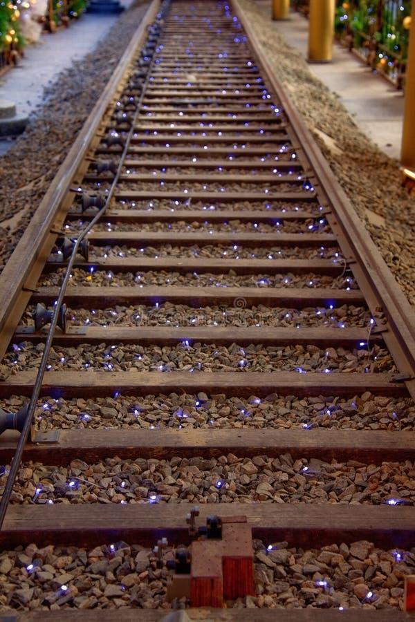 Trilha de estrada de ferro com luzes de Natal imagem de stock