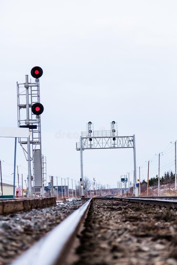Trilha de estrada de ferro e luzes do Res imagens de stock royalty free