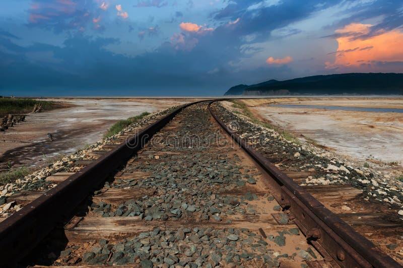 Trilha de estrada de ferro no deserto fotografia de stock royalty free