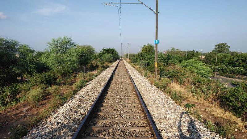 Trilha de estrada de ferro da Índia vista na parte anterior fotografia de stock royalty free
