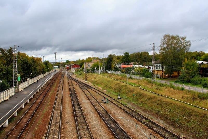 Trilha de estrada de ferro durante a manh? nevoenta do outono no campo fotografia de stock