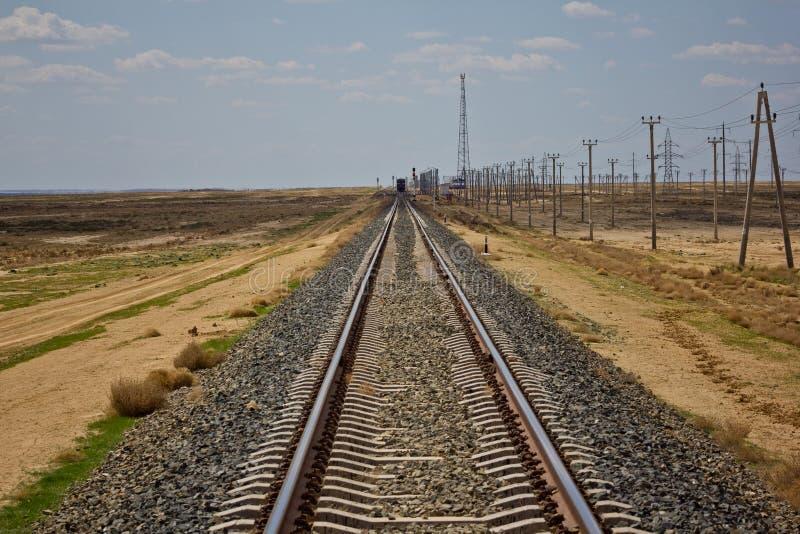 Trilha de estrada de ferro que conduz através do deserto imagens de stock