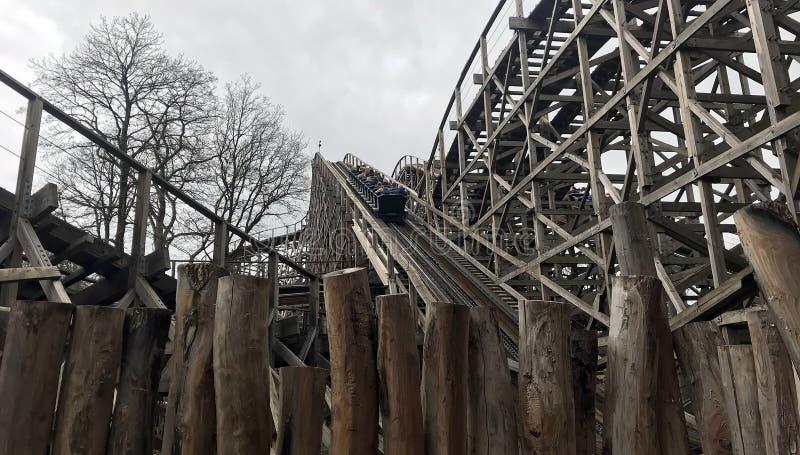 Trilha de madeira Joris do roller coaster e o dragão no parque de diversões efteling em holland, turista o mais grande foto de stock royalty free