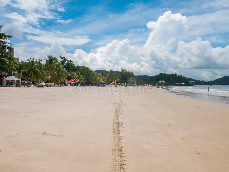 Trilha do pneu de carro na praia da areia fotografia de stock royalty free
