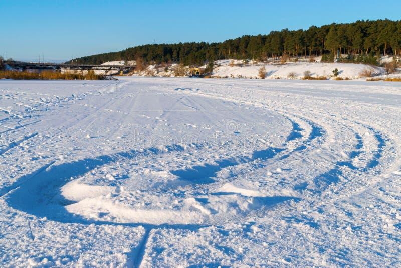 Trilha na neve branca no esporte de inverno fotos de stock royalty free