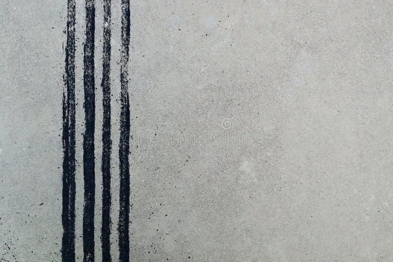 Trilha preta do pneu no concreto sujo após o freio repentino imagens de stock royalty free
