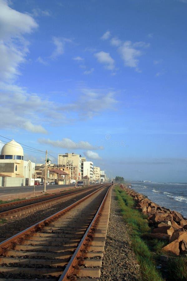 Trilha Railway, céu azul e t fotografia de stock