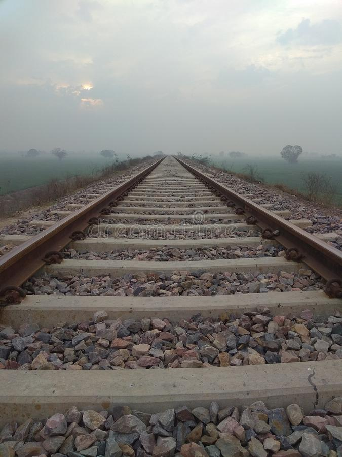 Trilha Railway na vila imagem de stock royalty free