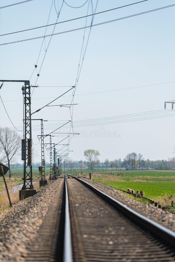 Trilha só do trem através do campo imagens de stock royalty free