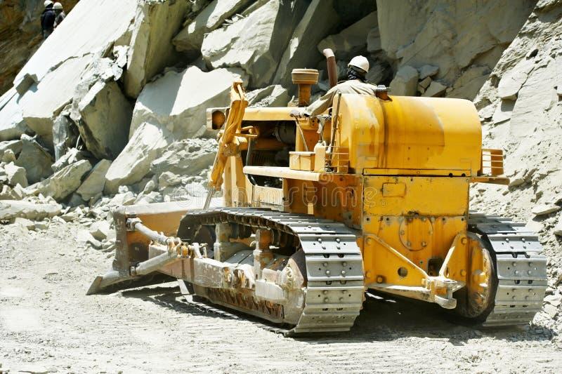Trilha-tipo máquina escavadora da escavadora do carregador no trabalho de estrada fotos de stock