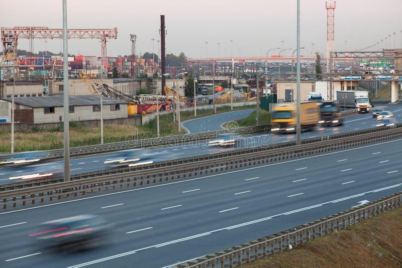 Trilhas borradas da condução de veículos na autoestrada de quatro pistas, nivelando fotos de stock royalty free