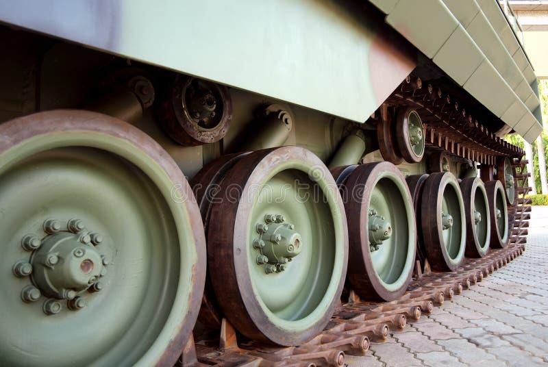 Trilhas contínuas de um tanque de exército fotografia de stock