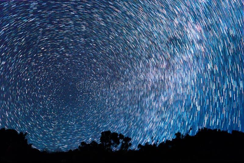 Trilhas das estrelas sob a forma das linhas foto de stock royalty free