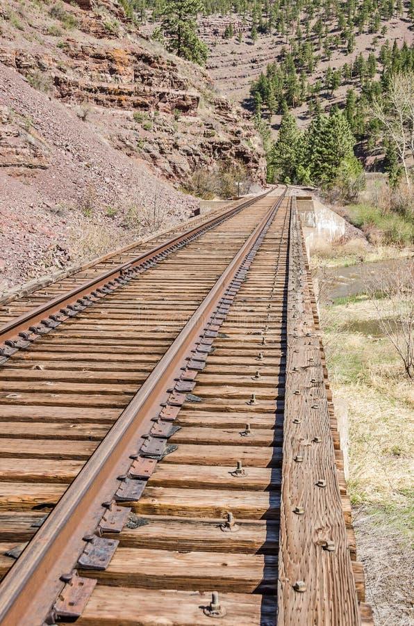 Trilhas de estrada de ferro na ponte da estrada de ferro imagem de stock